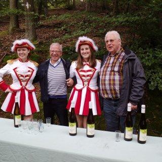 20_Dr. Diether Degreif, Herr Renkes, Vorstand Mainzer Prinzengarde mit Luisa und Antonia von der GKGK.jpg